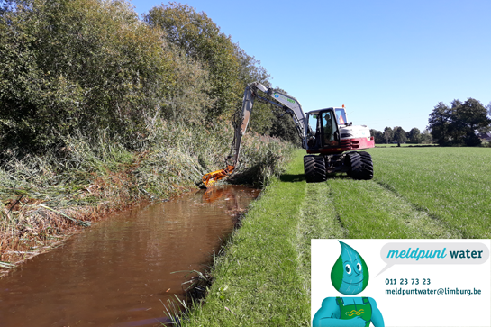 Machine maait de plantengroei in en langs de beek. Meldpunt Water 011 23 73 23, meldpuntwater@limburg.be